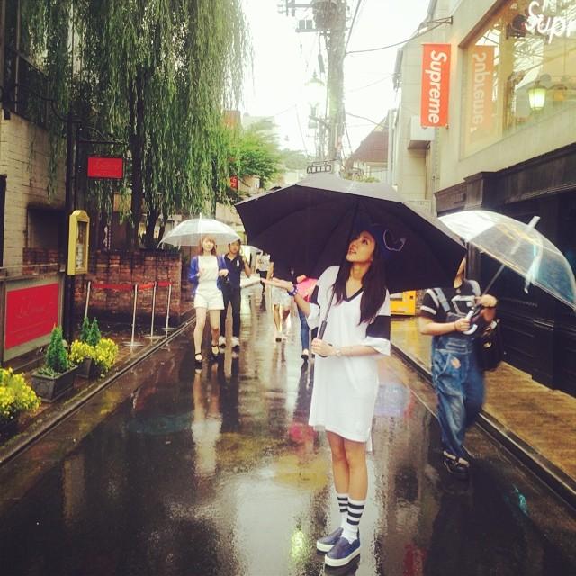 Dara : Il pleut en Corée... Il pleut au Japon.. L'orage fait rage, ça rigole pas ? ㅠ.ㅠ Au Japon, ils disent que la saison des pluies a déjà commencé. Je marche dans les rues de Harajuku où il fait un peu frisquet~ Kya~ #harajuku