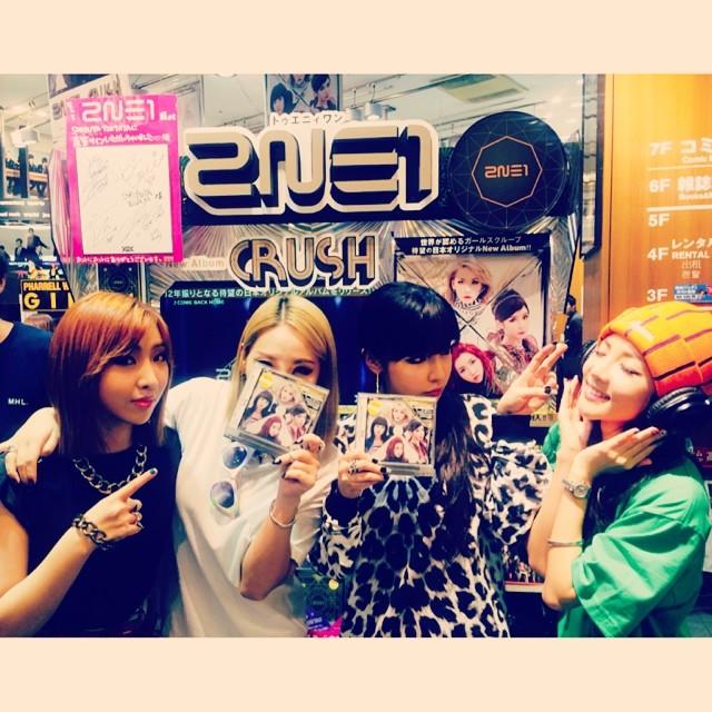 Dara : Album japonais après 2 ans!Vous n'avez pas oublié et vous avez attendu les 2NE1!Merci de nous aimer (^_^) Les chansons des 2NE1 sont jouées dans le magasin〜Merci!TSUTAYA Shibuya #tsutaya #shibuya