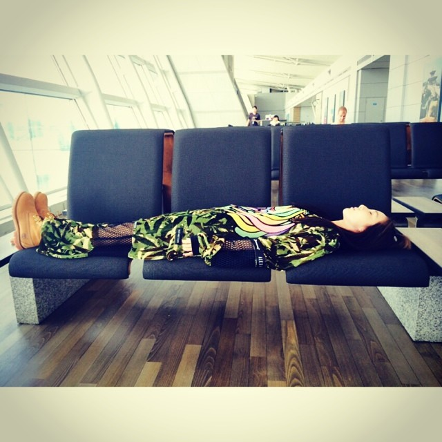 Dara : Réveille-toi !!! L'avion va bientôt décoller~~~ direction singapour :)