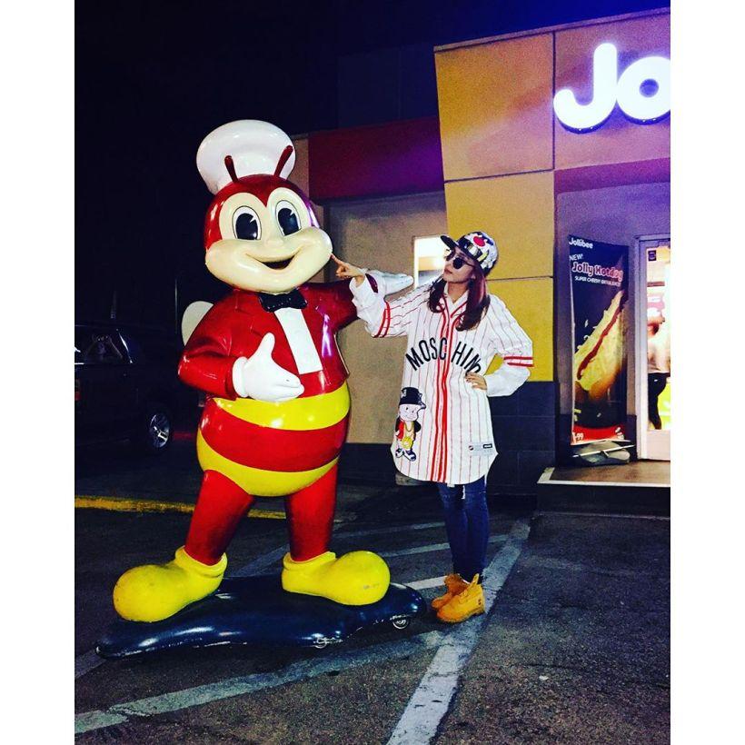 Dara : À LA aussi on peut manger à Jollibee~!!! >.< yeah hey !!! J'ai trouvé un Jollibee à LA !!! 🍔🍟🍝 #messagetardif