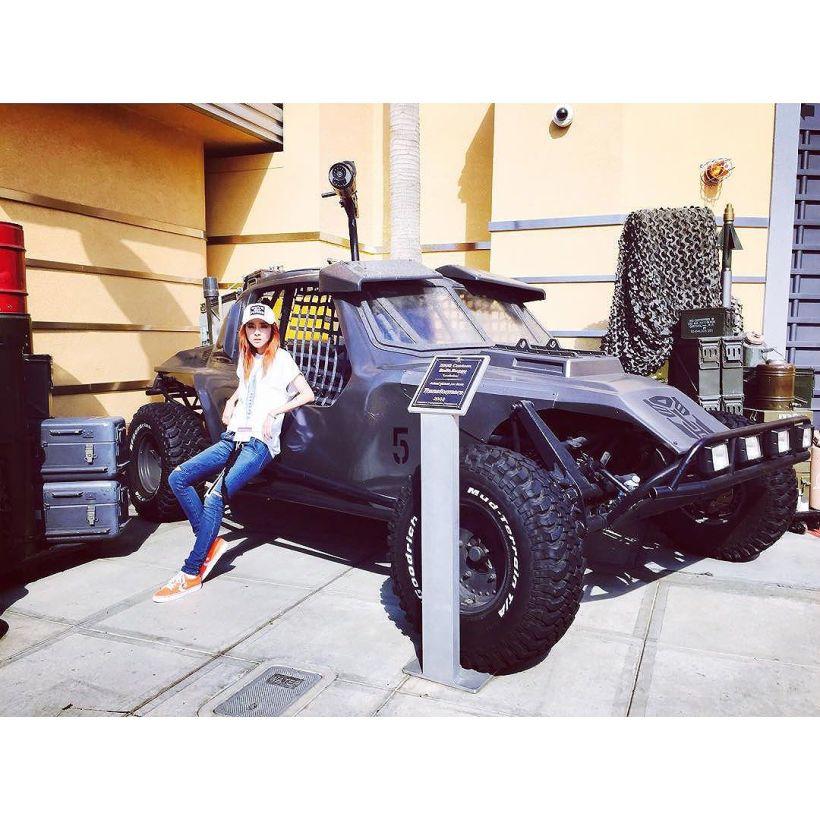 Dara : Noona s'est achetée une nouvelle voiture, je t'emmène baby let's ride hey~ allez viens vite !!!