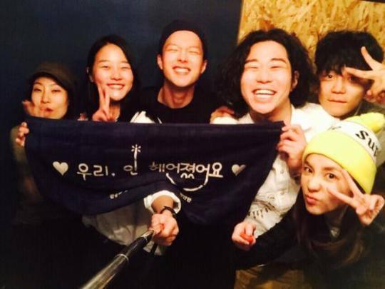 """Nous sommes l'équipe d'acteurs de We Broke Up!!! Noh Woori avec Hyunwoo, Nina, Jimin, Hyundong, et Shim Hoon~ Où est passé Won Young….!!??? Ji Won Young!!! Won Youngie ne pouvait pas être là, mais son coeur était avec nous. Tout le monde s'entend bien et chacun a un bonne personnalité, donc c'était drôle. J'étais un peu timide au début, mais très vite je suis devenue proche d'eux émoticône kiki Merci beaucoup tout le monde~~~!!! Pour l'instant, Seungyoon et moi sommes en harmonie et c'est vraiment bien. Avant le tournage, nous étions très inquiets sur la façon donc nous allons jouer comme couple. Tournage! ça commence bien, quoi? Est ce que ce sont deux pros?! Quoi~ Ils n'ont même pas fait un NG!!! Qu'est ce que c'est~ Est ce que ce sont vraiment des pros? ^_^v ㅋㅋㅋ Je parle très bien!!! (je suis une) sunbae chaleureuseㅋㅋ Aw.. Aw!!! Je veux vous parler~~~ Quoi!!! je veux vous parler de beaucoup de choses, mais je pourrais faire un spoiler et je ne peux pas faire ça.. ㅠㅠ Ack~~~ """"Le roi a des oreilles d'âne,"""" cela signifie que j'ai un gros secret à garder~~~~~~~~~~ ho ho.. je dois le supporter!!! Je le ferai plus tard émoticône kiki Ce travail est pour tous les Blackjacks qui ont pris soin de moi et à mes collègues qui se sont bien préparés et ont tenté plusieurs défis~ ça serait bien si vous aimez (le drama) ^^ Si vous regardez chaque épisode, vous comprendrez ce que je veux dire~ Vous allez beaucoup vous amuser…!!! Aw!!!"""