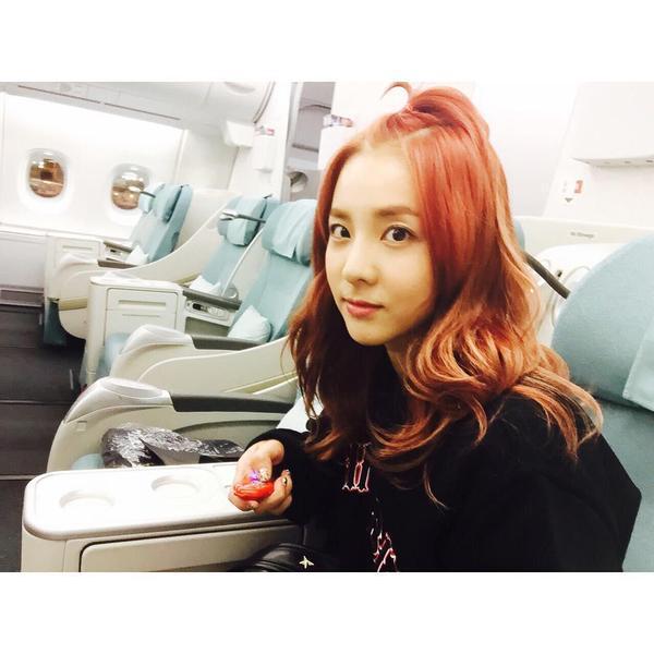Dara : 12 heures de vol toute seule~~~ Ça faisait longtemps que j'avais pas pris l'avion aussi longtemps~ 😃👊✈️ Shiou~~~ Le vol se passera bien !!! 👍 Fais un bon voyage Dara !!! 😁