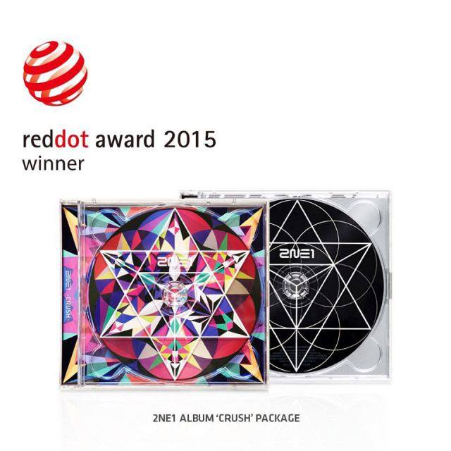 Dara: #reddotdesignaward2015 #2ne1 #crush 😍 Félicitations à l'album 'Crush' de 2NE1 et à la YG Family d'avoir gagné le Red Dot Award~~~!!! 👏👏👏 Merci!!! (__) Note: Les Red Dot Design Awards est une des trois cérémonies majeurs en matière de design. C'est la première fois que la YG entre dans la compétition, et pourtant elle a remporté 5 awards : pour le design de l'album 'Crush' de 2NE1, l'album des débuts de Winner, l'album 'Rise' de Taeyang, le CD Live du 'YG Family Concert in Seoul' & les designs de la collaboration YG & de la Woori Bank !