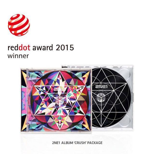 Dara: #reddotdesignaward2015 #2ne1 #crush 😍 Félicitations à l'album 'Crush' de 2NE1 et à la YG Family d'avoir gagné le Red Dot Award~~~!!! 👏👏👏 Merci!!! (__) Note: Les Red Dot Design Awards est une des trois cérémonies majeurs en matière de design. C'est la première fois que la YG entre dans la compétition, et pourtant elle a remporté 5 awards : pour le design de l'album 'Crush' de 2NE1, l'album des débuts de Winner, l'album 'Rise' de Taeyang, le CD Live du 'YG Family Concert in Seoul' & les designs de la collaboration YG & de la Woori Bank !