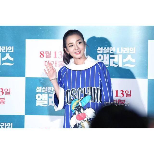 Dara: Je suis allée à la première de #AliceInEarnestland pour soutenir Junghyun unnie~!!! 👊 Du début à la fin, c'était drôle mais comme c'est devenu un peu effrayant, je ne pouvais pas faire partir la tension et j'ai aimé le regarder! 👏👏👏 Récemment il y a une vague de chaleur donc il fait chaud mais je pense que c'est le film à regarder! Si pendant que vous regardez ça fait peur~ 😆 fermez les yeux légèrement! 🙈 heuh heuh heuh... Je ne peux pas faire de spoil donc je vais partir maintenant... Fighting Fighting ya ya ya!!! Photo par un Blackjacktographer 👍