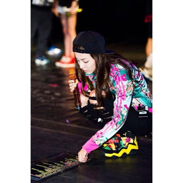 Dara: C'était seulement l'an dernier.. Mais pourquoi ai-je l'impression que mon 'aura' est différente?! Pourquoi est ce que je me suis habillé de façon si coloré!ㅋㅋㅋ La Darong colorée me manque~ #latepost #missingyou #touchthecolor