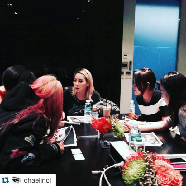 Quel type de réunion avons nous en ce moment? CL en train de préparer un projet spécial de ELLE & Maybelline avec volonté !! ça sortira dans l'édition de Décembre de ELLE😵😲 Nous avons déjà hâte de découvrir ça~~~ #pitapat